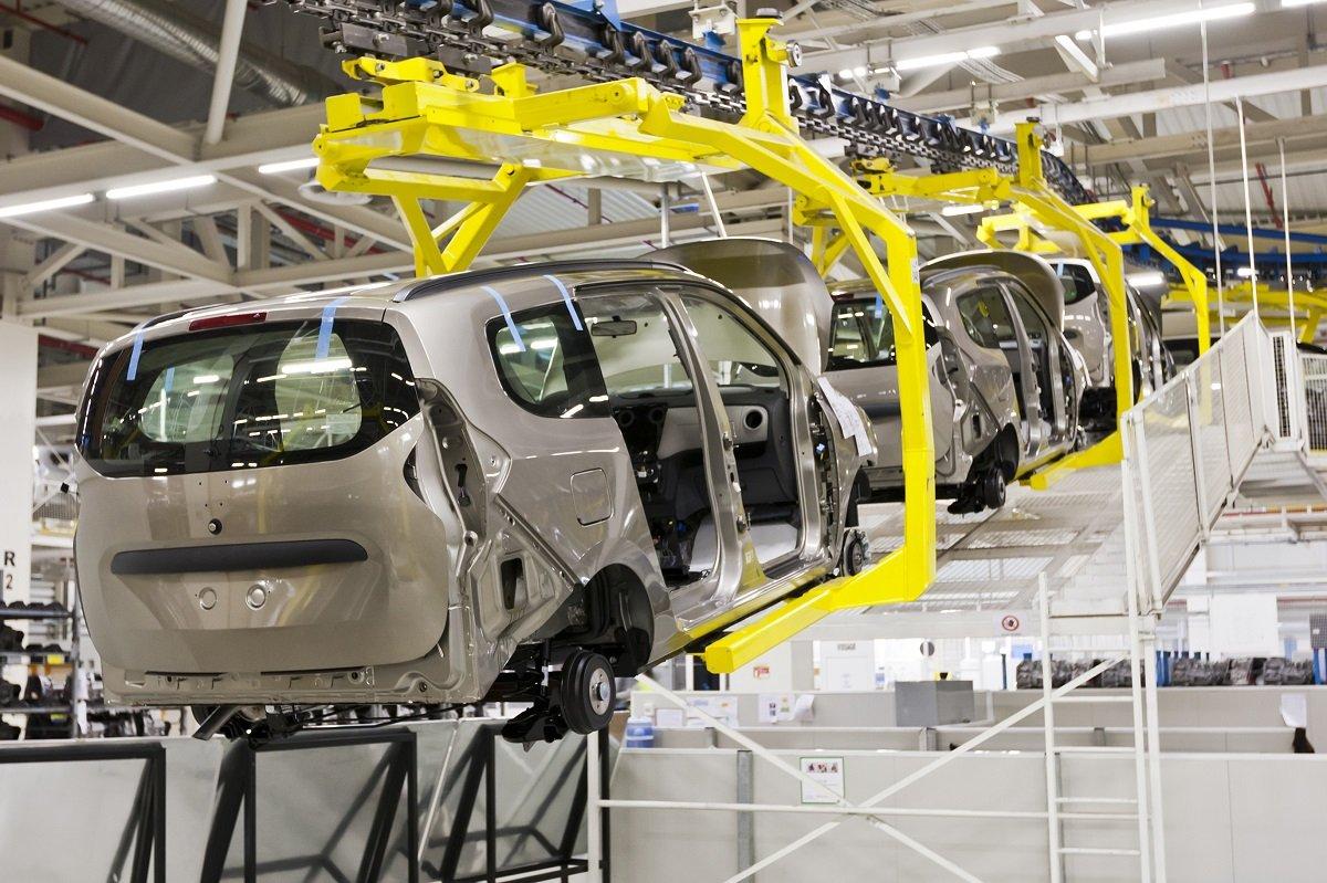 自動車メーカーには増益のチャンス? 半導体不足で軒並み減産