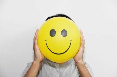 人の感情が商品に!? 感情労働のストレスによる問題