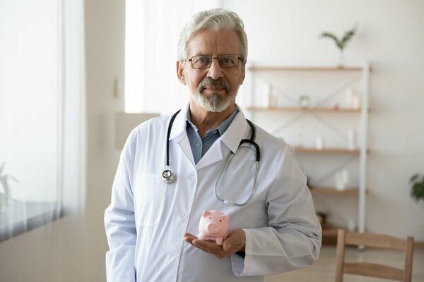 コロナは医師の年収にも影響?「年収が減る」と思う医師は4割