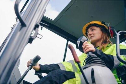 女性の建設機械運転工の給料はどのくらいか