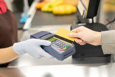 クレジットカードの利用頻度は月平均どのくらいか