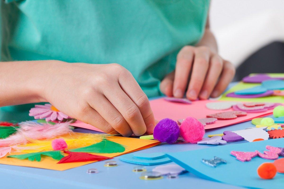 小学校の図工、家庭での材料集めは意外と面倒!? 親世代とは違う図工事情