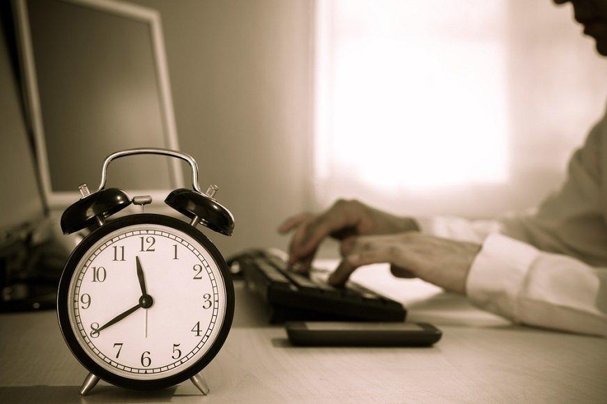 24時間営業は必要? 「サービス残業」を生む環境から脱却するには