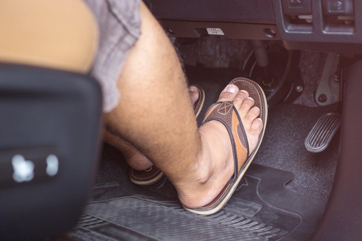 じつは裸足もキケン?車を運転するときに「履いてはいけない靴」とは