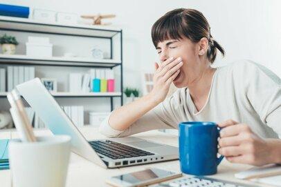 仕事中に眠気を感じるのはなぜ?その原因と簡単にできる対処法について紹介
