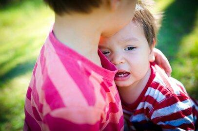 3人育児、大泣きする下の子を泣き止ませる上の子は親より冷静