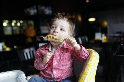 条例制定の検討も!深夜に子どもを連れての外食って正直どう思う?