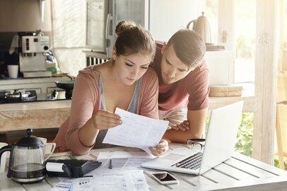 2人以上かつ働く者世帯の「1カ月あたりの家計収支」の内訳とは