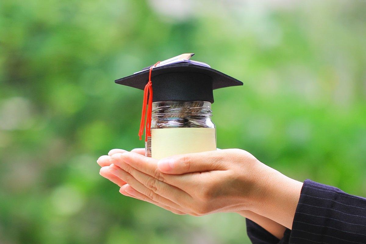 年収によって奨学金を利用している割合はどのくらい違うのか