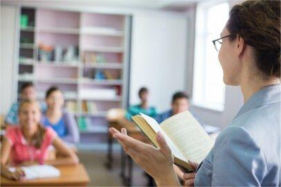 女性の高等学校教員の給料はどのくらいか