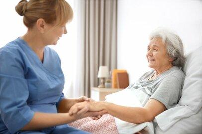 女性の介護支援専門員(ケアマネージャー)の給料はどのくらいか