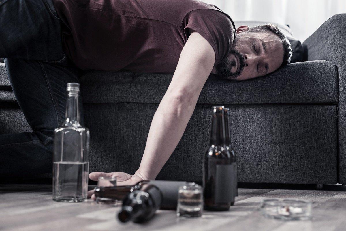 オンライン飲み会や宅飲みは危険!? お酒が招いた事故・事件