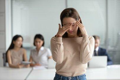 「人が話している最中に自分の話…」職場のマウンティング女子の上手なかわし方
