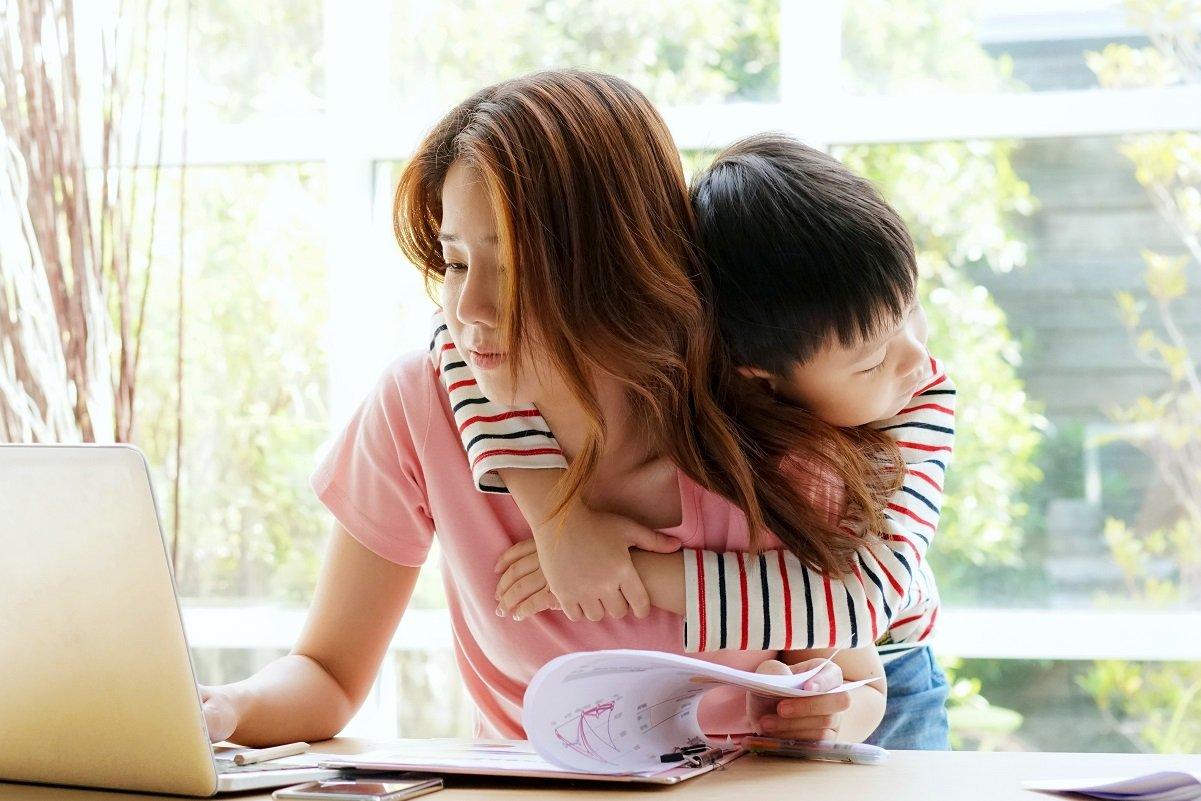 親と同居しないシングルマザーは約7割。なぜ実家に頼らないの?