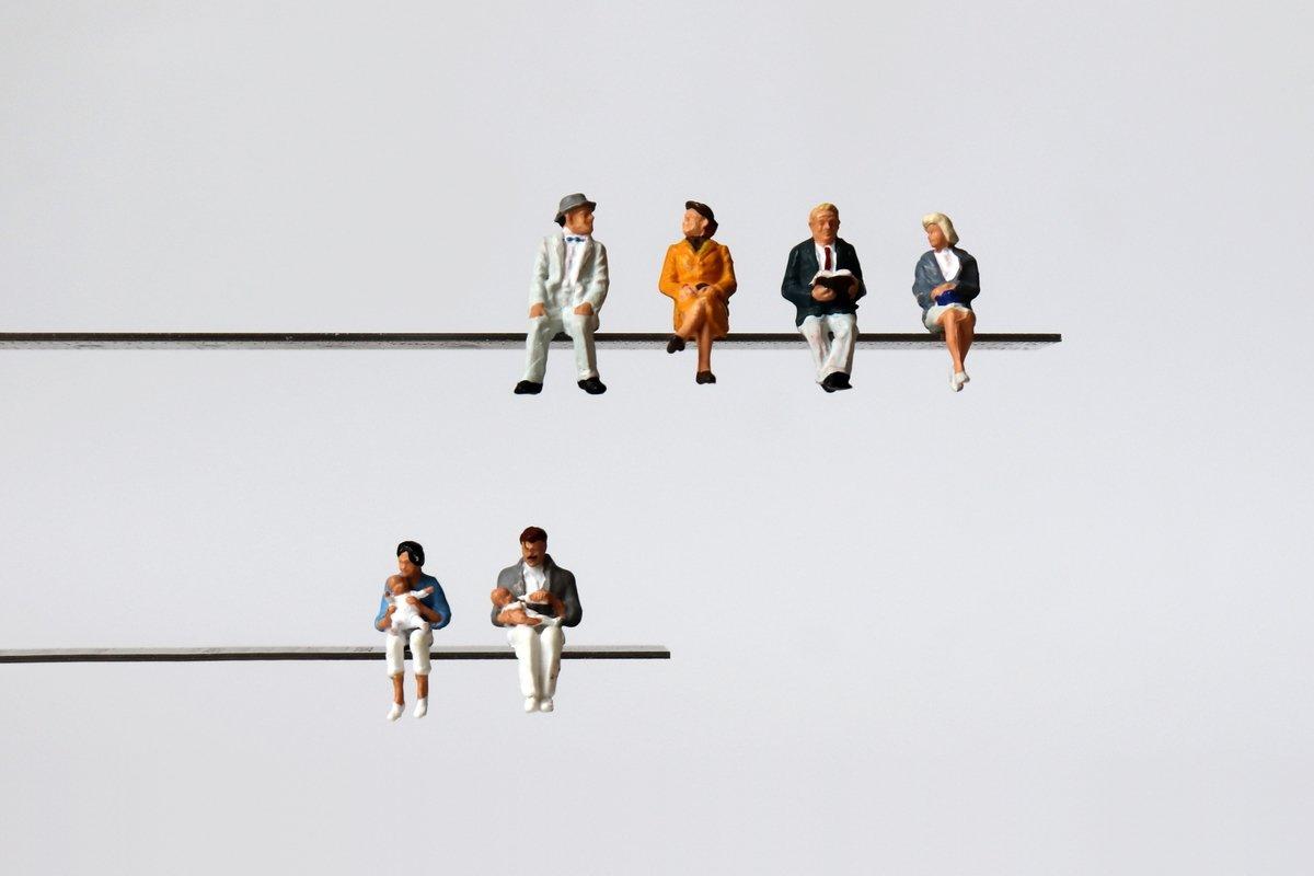 日本の50年後は65歳以上が4割。高齢者を支える重荷はふくらむ一方