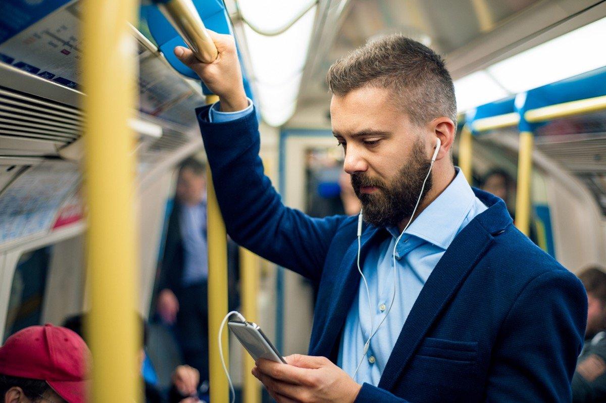 電車内の「音漏れ」、あなたは注意する? 我慢する?