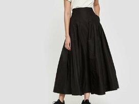 「ロング丈のフレアスカート」で、秋はシックなコーデを
