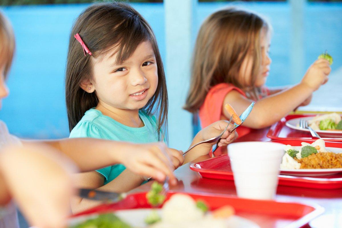 小学校で「給食中はおしゃべり禁止」そのルール、あなたは賛成?反対?