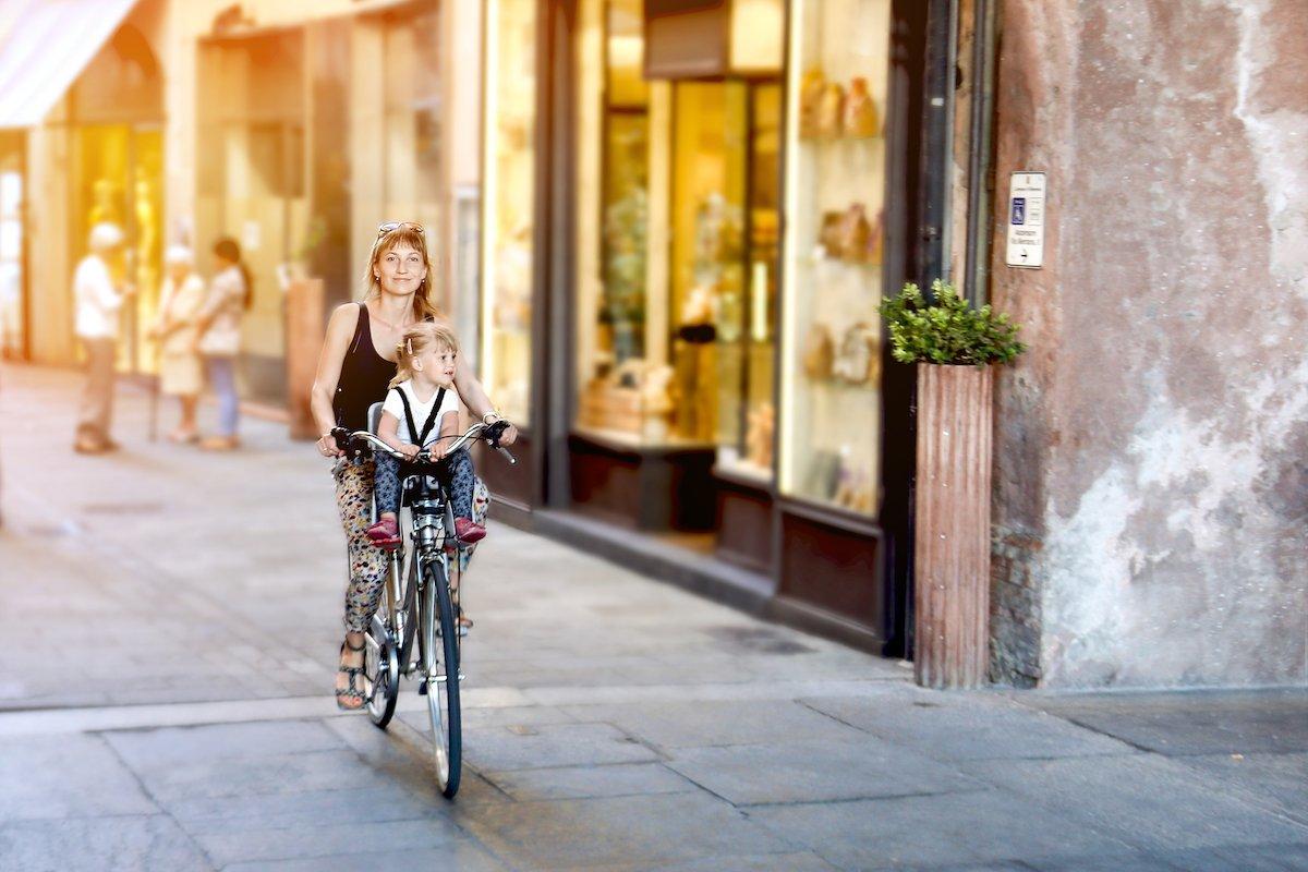 危険な運転をしている子乗せ自転車の目撃が多発!分刻みで動くワンオペワーママたち<br />