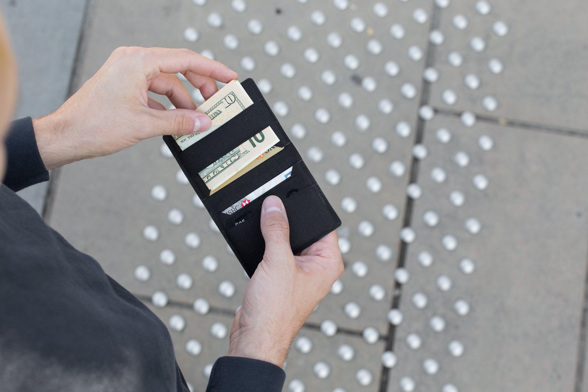 薄さ7mm、重さ17g。注目のWramer「ミニ財布」コーデュラ素材で耐久性も