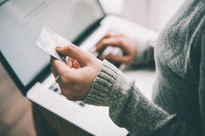 【クレカ比較】オリコ「Orico Card THE POINT」とLINE「Visa LINE Pay クレジットカード」はどちらがポイントを貯めやすいクレジットカードか