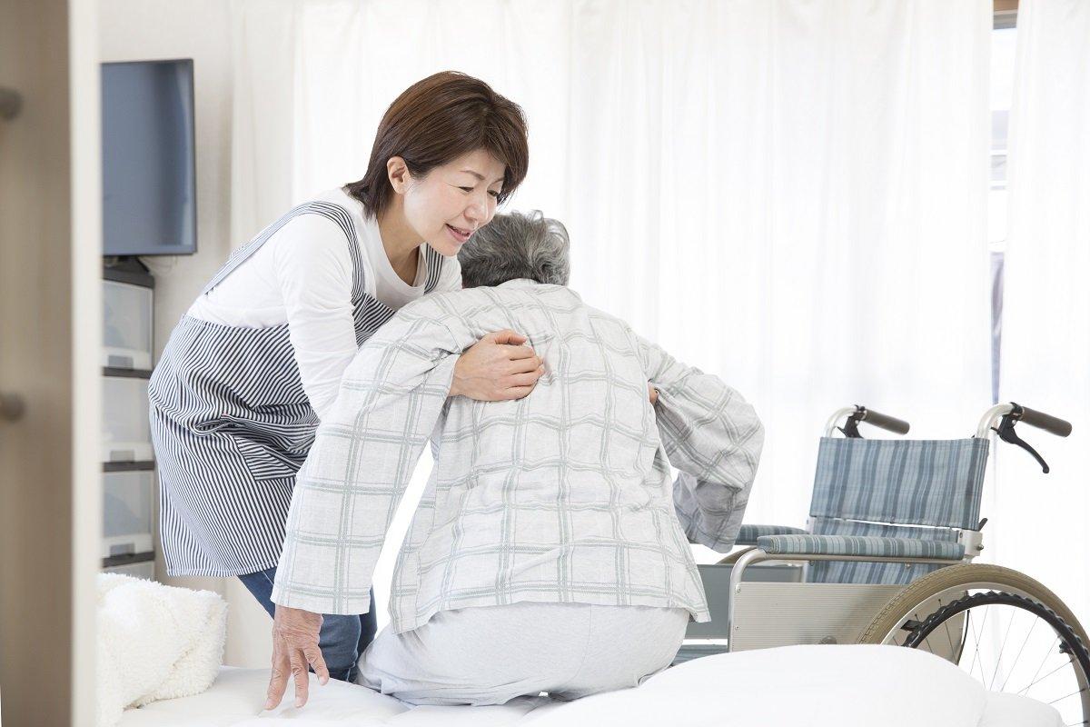 介護士不足には外国人より介護保険料値上げで対応すべき