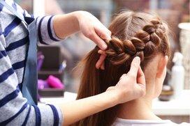 女性の美容師・理容師の給料はどのくらいか