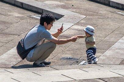 父親たちの抱っこ紐。街ゆく人々の目にはどう見えている?