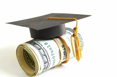 奨学金の完済は30歳までに! 月の平均返済額はどのくらい?