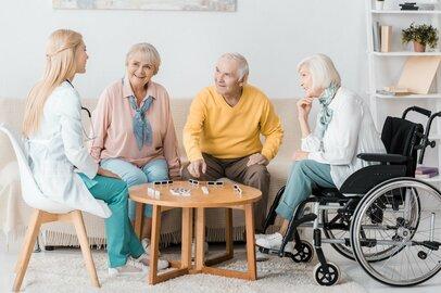 「デイサービスとデイケア、どこが違うの?」通所型介護サービスを看護師がやさしく解説します。