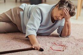 高齢者の転倒や転落は交通事故の約2倍!甘くみてはいけない室内環境