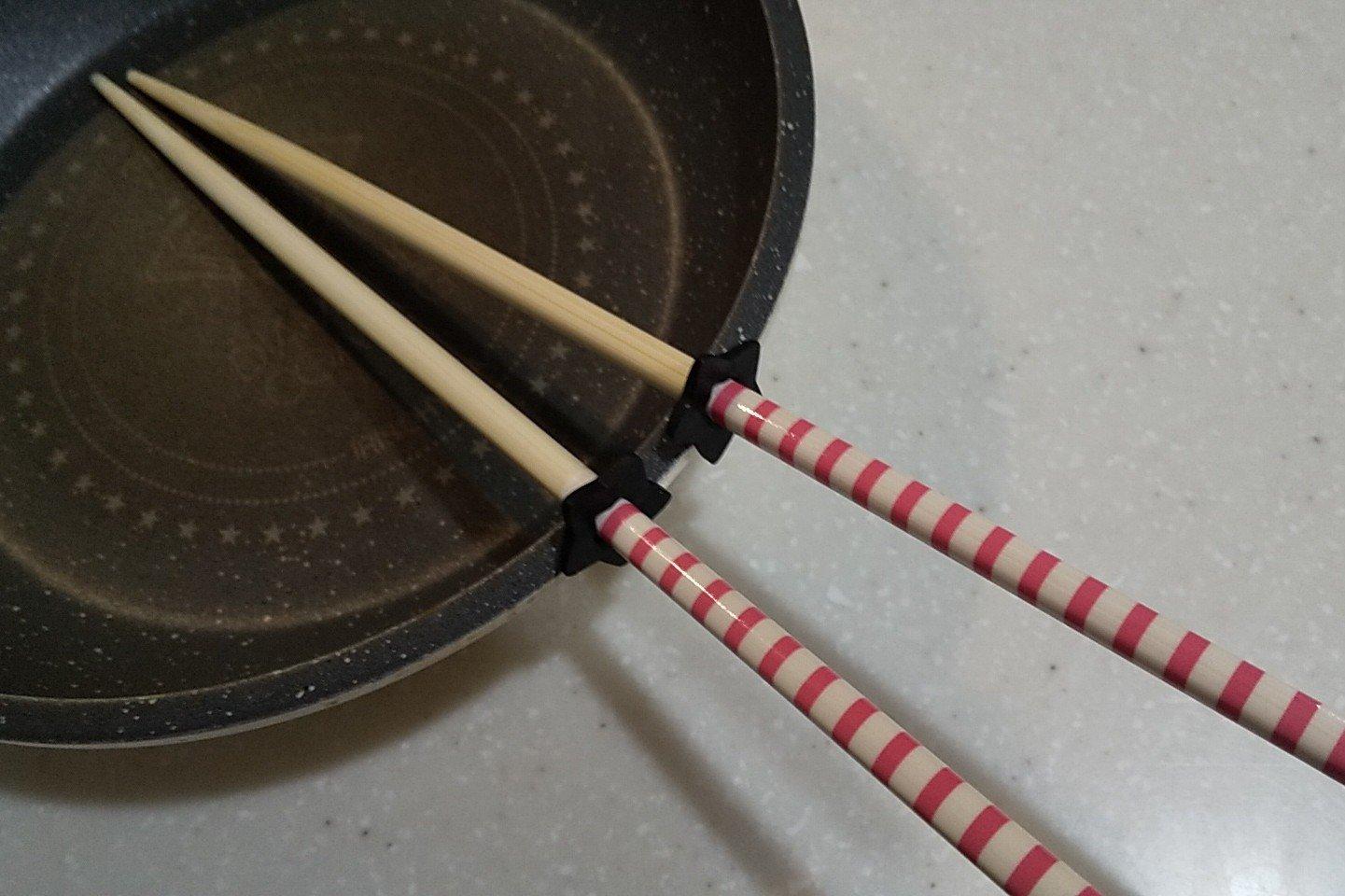 先端を浮かせて衛生的【セリア】耐熱「菜箸スタンド」調理ストレス軽減