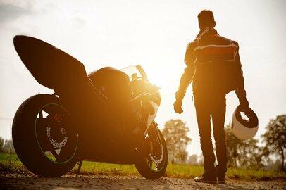 ライダーの2人に1人が自分のバイクに話しかけている!?