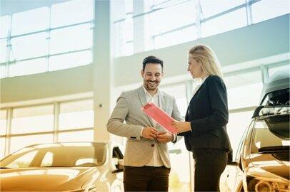 女性の自動車外交販売員の給料はどのくらいか