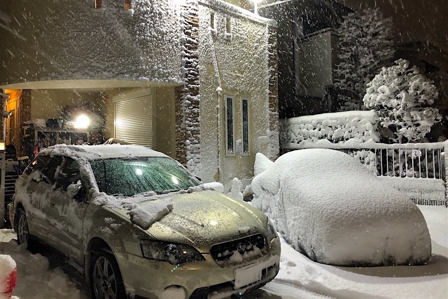 大雪のたびに心が痛む、路肩に乗り捨てられたクルマたち