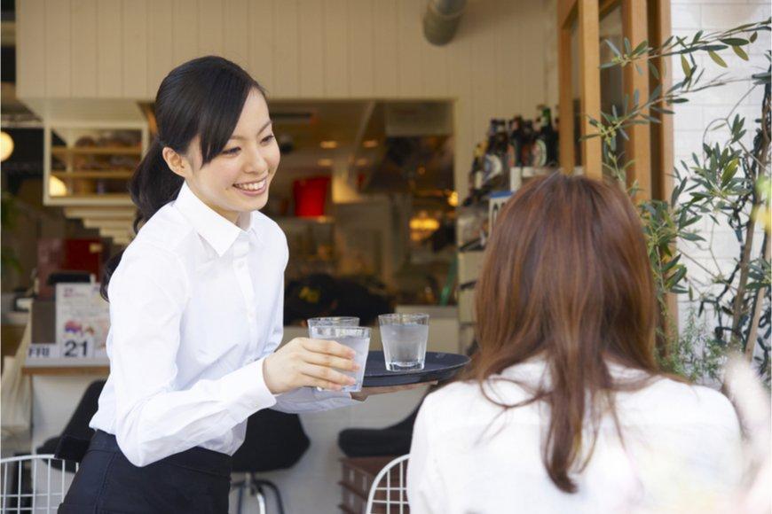 女性の給仕従事者の給料はどのくらいか