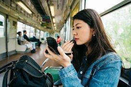 隣の女性に目をやると鏡とにらめっこ?電車内で化粧をする女性とマナーの本質