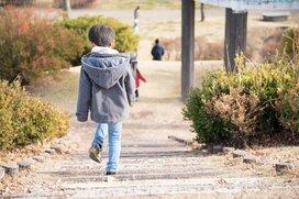 子どもの単独行動はいつから? 一人で遊びに行かせてもよいタイミングとは