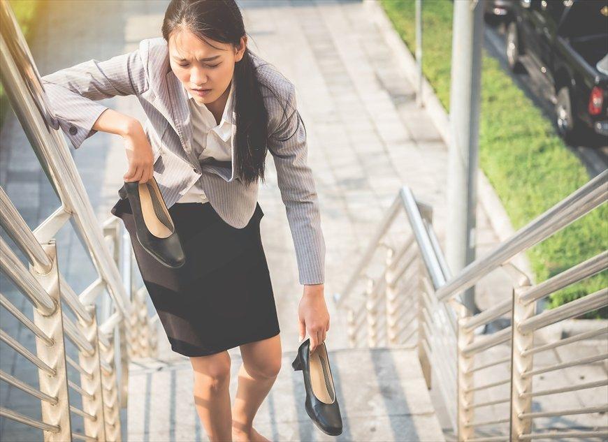 働く女性の「ヒール靴」なんで強制されるの?