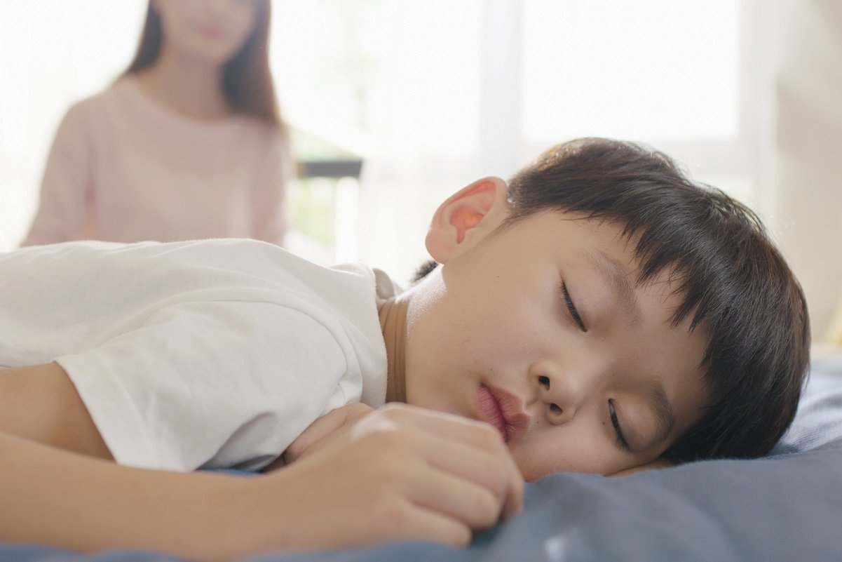 一斉休校で早寝早起きができない! 子供の生活リズムが狂ってしまう悩ましさ