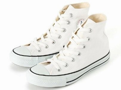 大人の外しアイテム。足元で遊ぶなら「白スニーカー」がやっぱりおすすめ