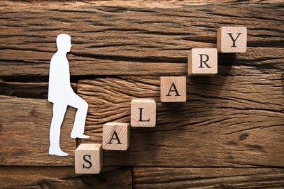 大学卒と高校卒では月給でどれだけ差が出るのか?