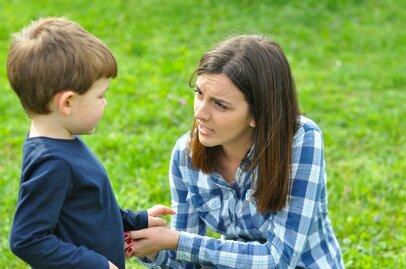 「あえて叱らない子育てを実践!?」人前で子どもを叱ることに抵抗を感じるママたち
