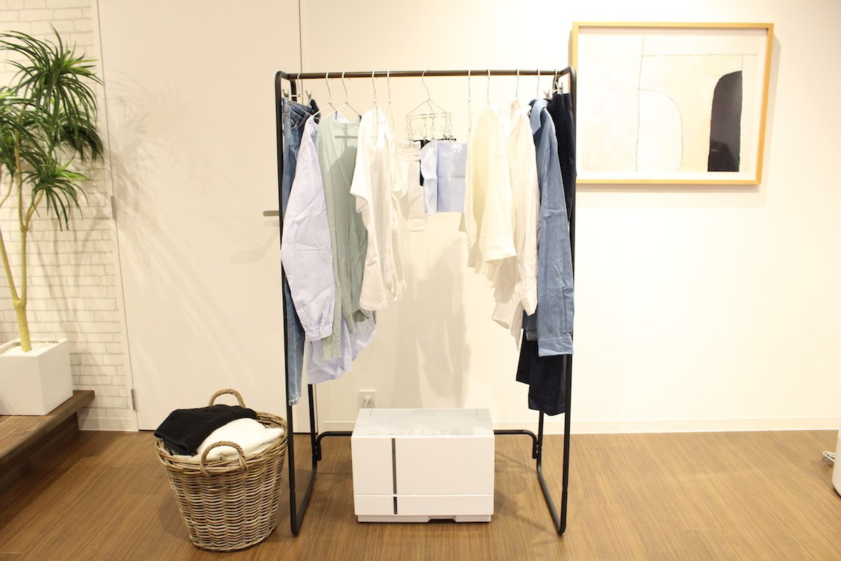 梅雨時の部屋干しの悩み解消。除湿しながら乾かす「衣類乾燥除湿機」って何?