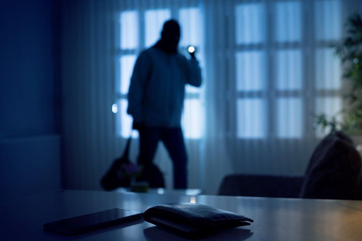 「ベッドの下から人の息遣い!」恐怖の侵入犯罪の意外な手口