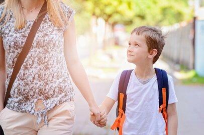 「子離れ」「親離れ」できない親子たち。過保護すぎると将来どんな悪影響がでる?