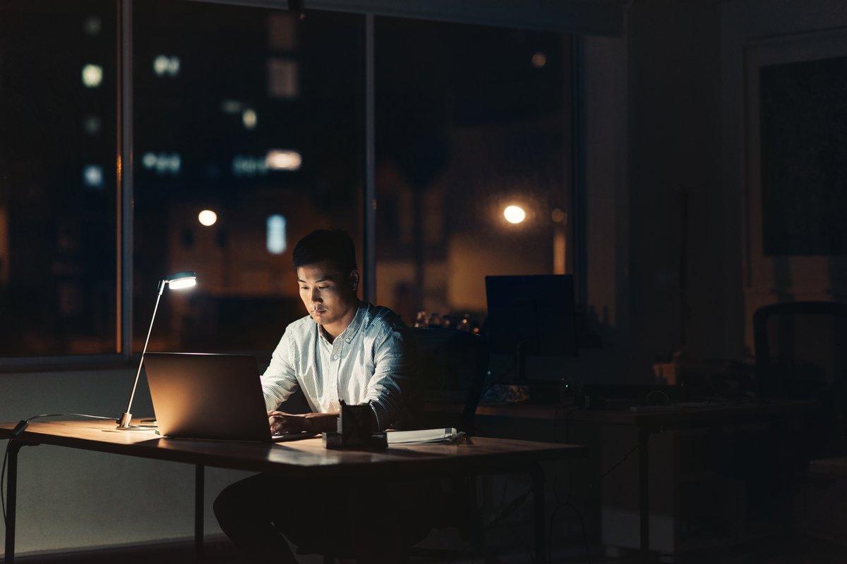日本の労働生産性を低くする理由の1つは、「助け合い精神」