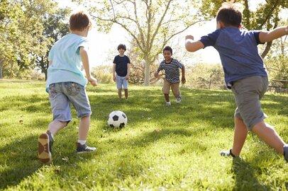 「金網にボールが当たる音」は苦痛!? 公園での子供の騒音で大論争