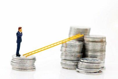 年収・資産が少ない層でも投資をする人が増えている~消える500万円の壁