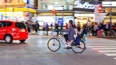 クルマも歩行者もイラつかせる我が物顔の自転車乗り